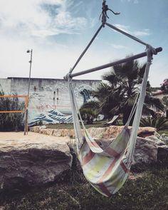 Fetter Garten Hängemattenoase bemalte Wände und ein kaltes Getränk in den sandigen Händen. so kann man sich doch mental auf den Surfkurs vorbereiten