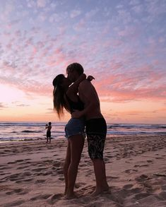 Casal na Praia / Pôr do sol - You are in the right place about diy furniture Here we offer you the most beautiful pictures about - Couple Beach Pictures, Cute Couples Photos, Cute Couples Goals, Couple Goals, Couple Photos, Couple On The Beach, Beach Sunset Pictures, Relationship Goals Pictures, Cute Relationships