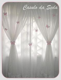 cortina voil decorada com broches borboleta de tecido