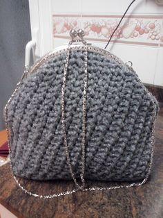 Bolso coqueto trabajado a ganchillo, con trapillo fino de lana, en color gris oscuro, cierre metálico clik clak