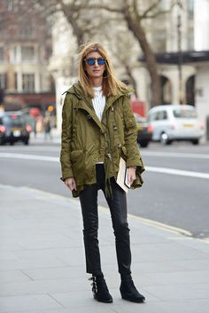 Here is some inspiration on how to wear a parka for spring with street style inspiration from Sarah Rutson. Street Chic, Street Style, Street Fashion, Women's Fashion, Working Girl, Khadra, Green Parka, Parka Style, Black Cropped Pants