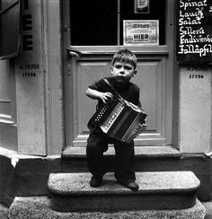 LITTLE BOY WITH ACCORDION / PHOTO / 1947 tony vaccaro germany 1948