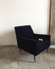 """334 Synes godt om, 16 kommentarer – Home Union (@homeunion) på Instagram: """"Mid Century navy velvet club chair 🍋🍋🍋 $395 SOLD 〰〰〰 #MidCentury #Velvet #navy #clubchair #classic…"""""""