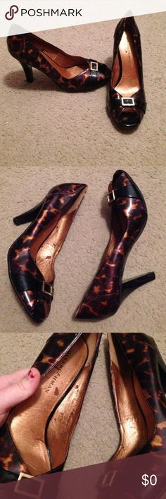 Dana Buchman Peep Toe Heels sz 9M Super cute and trendy shoes ( I think they could work with any outfit, any season ). Please see photos. There is some wear on the inside and outside. Dana Buchman Shoes Heels