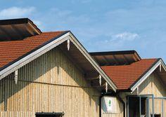 Dvojitá falcovaná keramická škridla CREATON RAPIDO je veľkoformátový XXL typ strešnej krytiny so spotrebou škridiel cca 8,1 kusov/m². Umožňuje rýchle položenie a súčasne znižuje spotrebu strešnej krytiny a výšku nákladov. Garage Doors, Cabin, House Styles, Outdoor Decor, Home Decor, Decoration Home, Room Decor, Cabins, Cottage