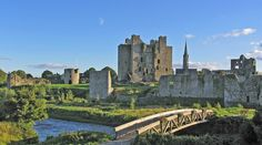 Trim Castle -- Co. Meath, Ireland, 50 min NW of Dublin -- Remains of Ireland's largest Anglo-Norman castle, built primarily by Hugh de Lacy and his son Walter. The castle site was chosen because it is on raised ground, overlooking a fording point over the River Boyne.