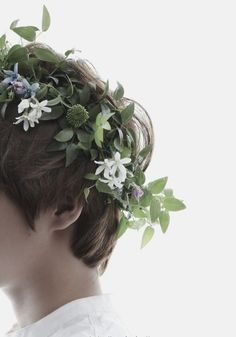 (Chris) The southern countries have so many beautiful flowers. So many they don't know what to do with. So they make crowns out of them.