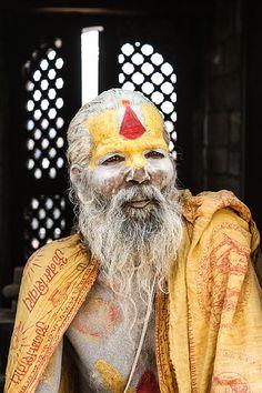 Il sâdhu, è un induista asceta, che dedica la propria vita all'abbandono, alla rinuncia della società. Nella società induista solo loro, i bambini a cui non è spuntato il primo dente, non vengono cremati ma sepolti a terra. #nepal