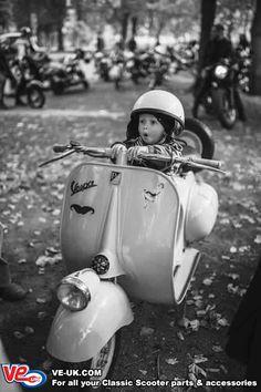 Piaggio Vespa, Vespa Scooters, Scooter Motorcycle, Lambretta Scooter, Vespa Vintage, Vintage Cars, Vespa Girl, Scooter Girl, Retro Roller