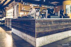 The Lucky Bastardin betonikansinen baaritiski on tehty vanhan ladon ulkoseinän punamultalaudoista.