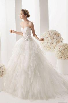 Cudownie lekka suknia ślubna z ozdobym kwiatem...