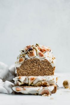 recette dessert 무 beautifully simple one bowl honey cake spiced with cinnamon, orange, and black tea, and topped with fresh figs and a goat cheese frosting! Fig Recipes, Cupcake Recipes, Baking Recipes, Sweet Recipes, Cupcake Cakes, Cupcakes, Dessert Recipes, Recipies, Just Desserts