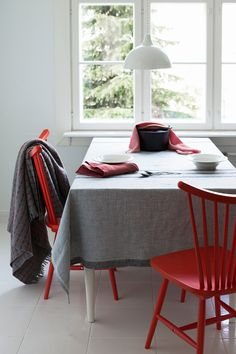 VIIMA blanket in 100% wool, USVA tablecloth and napkin in 100% washed linen. Woven by Lapuan Kankurit in Finland