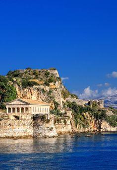 Templo griego antiguo en la isla de Corfú, Grecia