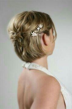 Acconciatura da sposa per capelli corti con decorazioni floreali
