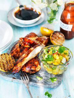 Grillad kyckling är lätt att grilla och prisvärt. En perfekt rätt både till vardag och fest. Här är ett recept på en härligt saftig och smakrik kyckling som gör sig alldeles utmärkt på grillen.