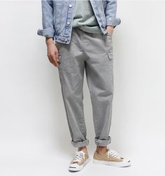 For a casual ensemble with a twist, you can easily opt for a light blue denim jacket and grey cargo pants. A pair of tan canvas low top sneakers looks wonderful finishing off your look. Moda Hippie, Grey Cargo Pants, Streetwear, Look Street Style, Vetement Fashion, Herren Outfit, Cool Style, My Style, Well Dressed Men