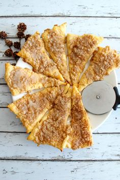 Tasty Weight Watchers Cinnamon Sugar Pizza you CAN NOT stop eating! This Weight Watchers recipe is easy to make and super yummy. Simple WW recipe for the BEST breakfast, treat, snack or dessert. Weight Watcher Desserts, Petit Déjeuner Weight Watcher, Plats Weight Watchers, Weight Watchers Snacks, Weight Watchers Breakfast, Yummy Snacks, Healthy Snacks, Yummy Food, Healthy Eating