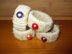 Argolas de guardanapos, com argolas em cartão, corda e botões.