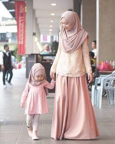 Muslim girl dps girls wallpapers & Daughters Mother with her Daughter with her mother and baby dresses Young Fashion, Girl Fashion, Fashion Outfits, Style Fashion, Fashion Ideas, Fashion Inspiration, Abaya Fashion, Denim Fashion, Fashion Muslimah