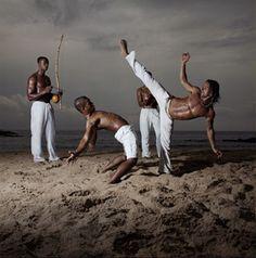Capoeira é un arte marcial que combina facetas da danza, música e acrobacias, así como expresión corporal. Foi desarrollado en Brasil por descendentes africanos con influencias indíxenas. A capoeira como estilo de loita incorpora movementos baixos e barri