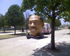 A cabeça gigante de Eddie Murphy.