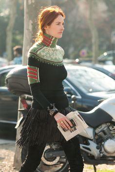 Franjas: outra tendência que veremos bastante nesta e na próxima estação. Aqui, em editorial da Nylon, mostrando como ela pode se adaptar a um visual mais romântico ou rock'n'roll. Taylor Tomasi-Hill desfilou sainha da Isabel Marant em Paris na semana de moda: Pode ser na bolsa, no xale, na saia, em um vestido, em …