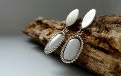 Smederij EDEL Collectie, zilveren oorstekers met witte apetiet en parelrand