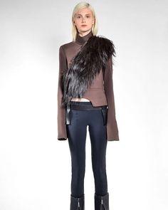 A coleção de inverno 2017 de @gloriacoelhobrand acaba de chegar às lojas! A estilista continua explorando o tema Escócia e traz peças que brincam com a assimetria e a desconstrução.  via HARPER'S BAZAAR BRAZIL MAGAZINE OFFICIAL INSTAGRAM - Fashion Campaigns  Haute Couture  Advertising  Editorial Photography  Magazine Cover Designs  Supermodels  Runway Models
