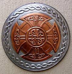 Embossed Art Over aluminum and copper overlapping. An original work by measuring in) in diameter with elements of Celtic culture. Celtic Shield, Viking Shield, Viking Art, Norse Tattoo, Celtic Tattoos, Celtic Patterns, Celtic Designs, Escudo Viking, Viking Knotwork