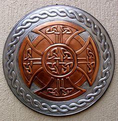 CELTIC ROSS - Arte em repujado sobre alumínio e cobre medindo 40cm de diâmetro. www.cacaiotavares.blogspot.com