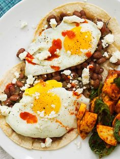 Spicy vegetarian heuvos rancheros with smoky pinto beans Healthy Low Calorie Meals, Good Healthy Recipes, Whole Food Recipes, Cooking Recipes, Delicious Recipes, Bean Recipes, Brunch Recipes, Breakfast Recipes, Breakfast Ideas