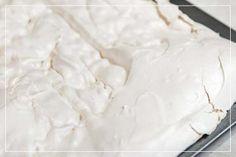 Blat bezowy do tortu - czyli beza od podstaw - jako warstwa w torcie w Akademii Słodkich Dekoracji - Kawał Ciacha - przepisy i kursy online Pavlova, Coconut Flakes, Piece, Icing, Cooking, Food, Meal, Kochen, Essen