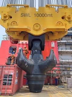 My hooks bigger then yours, lol Just look at this hunk of steel, these off shore rigs bring lifting to a whole new level. Heavy Construction Equipment, Construction Machines, Heavy Equipment, Cool Pictures, Cool Photos, Oil Platform, Oil Refinery, Surreal Photos, Oil Industry