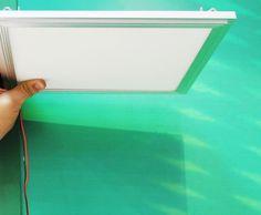 """O pendente LCI-4120, da Lumiclass, é tão delgado que também pode ser fixado direto ao teto, como um paflon.  """"Por ser tão fina, a luminária não passa uma sensação de sufocamento, mesmo nos ambientes com pé-direito mais baixo"""", diz Serradura. """"Bem diferente das luminárias que usam lâmpadas fluorescentes: essas são mais grossas porque precisam de caixas para os reatores das lâmpadas""""."""