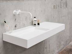 The Kuub collection is defined by its cubist and minimalist play of lines, which is even carried through to the drain. Kuub has straight edges, both on the inside and on the outside, resulting in a stately and angular appearance. Cement Bathroom, Concrete Bath, Bathroom Furniture, White Kitchen Faucet, White Bathroom, Normal Wallpaper, Minimal Bathroom, Minimalist Kitchen, Living Room Lighting