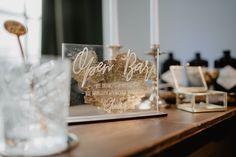 Die Getränke an dieser Bar auf der Hochzeit sind kostenlos, die Erinnerung an diesen großen Tag unbezahlbar. Setze ein Statement mit diesem ausgefallenen Barschild auf deiner Hochzeit. Das Schild wird rückseitig mit Blattgold veredelt - ein echter Hingucker. Bar Signs, Big Day, Table Decorations, Wedding, Event Ideas, Vintage, Drink Bar, Guest Book Sign, Creative
