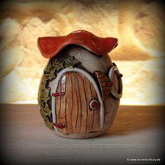Auch Wichtel sparen, was man an der Behausung sieht. Die Keramik-Spardose hat oben einen Schlitz und und unten eine Öffnung mit einem Gummipfropfen. © Kreativwerkstatt-Fleury