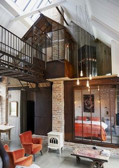 Un loft dans une grange - PLANETE DECO a homes worldYou can find Style at home and more on our website.Un loft dans une grange - PLANETE DECO a homes world Loft Industrial, Rustic Industrial Decor, Industrial Interiors, Industrial Living, Vintage Industrial, Loft Interior Design, Loft Design, House Design, Design Design