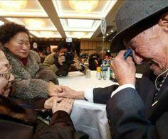 Miembros de familias coreanas que fueron separados se despiden este martes, tras una reunión intercoreana de familias. EFE