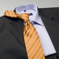 Combinar la corbata con camisa y traje, traje gris oscuro, camisa azul, corbata amarilla para contrastar
