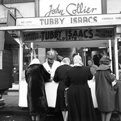 Tubby Isaacs famous jellied eels stall at the Aldgate Roundabout - Frederick Wilfred - London Street Photography Old Pictures, Old Photos, Vintage Photos, Vintage Photographs, London History, British History, Modern History, Vintage London, Old London