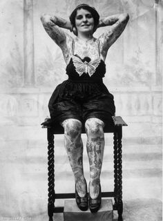 17 Kick-Ass Vintage Photos Of Women With Tattoos. This is the original girl with a dragon tattoo. Woman Painting, Body Painting, Picture Tattoos, Tattoo Photos, Et Tattoo, Samoan Tattoo, Polynesian Tattoos, History Tattoos, Tattoo People