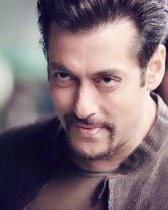 Whattaaa Look man. Handsome Actors, Cute Actors, Indian Celebrities, Bollywood Celebrities, Salman Khan Quotes, Salman Katrina, Salman Khan Wallpapers, My Name Is Khan, Salman Khan Photo