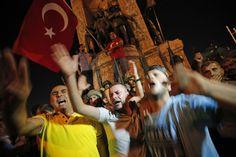 Sostenitori di Erdogan scesi in piazza per fermare il golpe   Erdogan fans face soldiers
