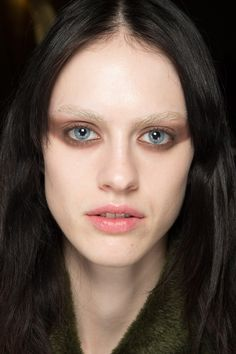 Givenchy Fall 2016 Ready-to-Wear Fashion Show Beauty Bleached Eyebrows, Light Eyebrows, Blonde Eyebrows, Light Hair, Dark Hair, Show Beauty, Runway Makeup, Cut Crease Makeup, Without Makeup