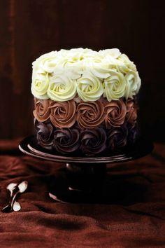 Pastel con rosas de tres chocolates