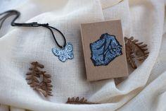 Kauniit hopeasaviartesaanin käsinmaalaamat korut vaikka lahjaksi #koru #korut #lahja #lahjaideat #joululahjat  http://www.salonsydan.fi/tuote-osasto/korut/