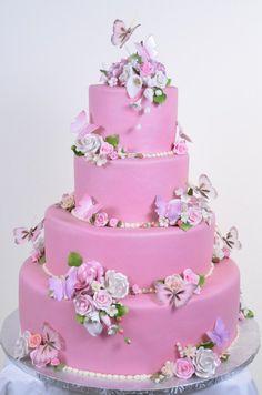 gâteau de mariage rose à 4-étages décoré de fleurs, papillons et perles