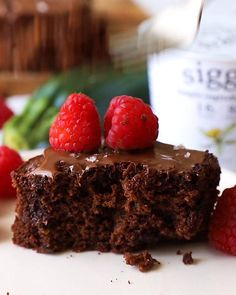 Gluten free chocolate cake packed with zucchini and made with @siggisdairy yogurt! This lightened up chocolate cake made with almond flour and oat flour is full of chocolate flavor. This dessert has a rich, moist and fudgy texture and is full protein thanks to siggi's, which has more protein than sugar per cup. Top with melted chocolate and fresh raspberries for the perfect treat. #dailysiggis #sponsored Gluten Free Chocolate Cake, Chocolate Topping, Healthy Chocolate, Chocolate Flavors, Melting Chocolate, Gluten Free Cakes, Gluten Free Desserts, Healthy Desserts, Easy Summer Desserts